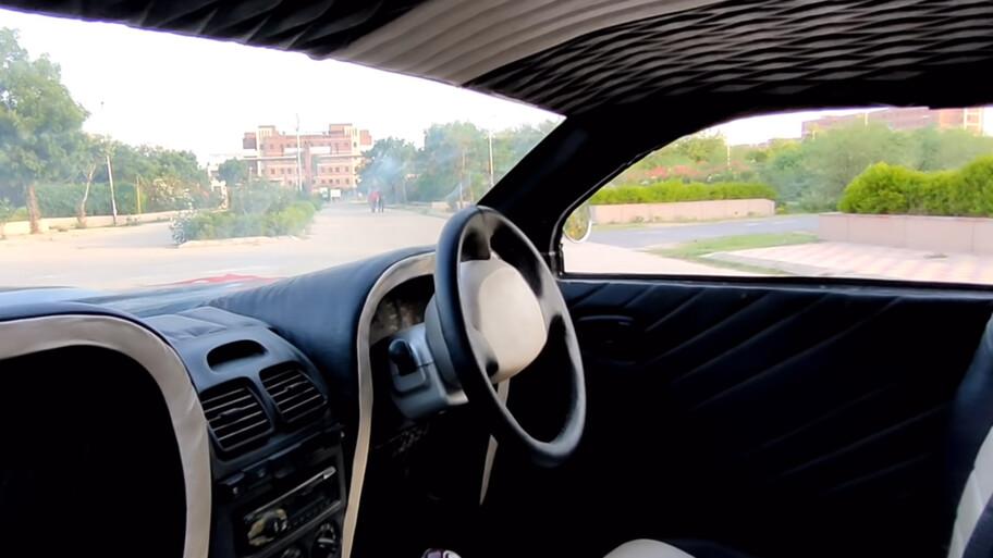 La historia del Hyundai Accent que se transformó en un Ford Mustang clásico