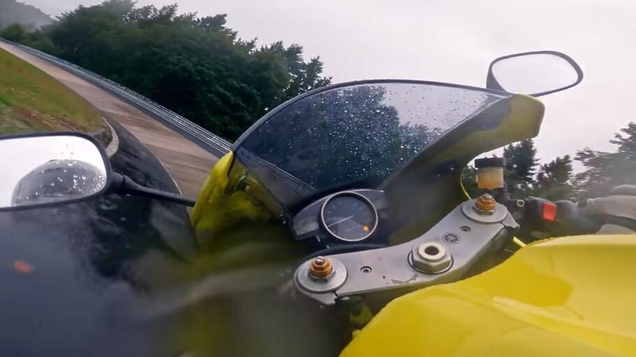 Checa cómo esta Yamaha YZF-R1 corre a alta velocidad lloviendo el Nordschleife