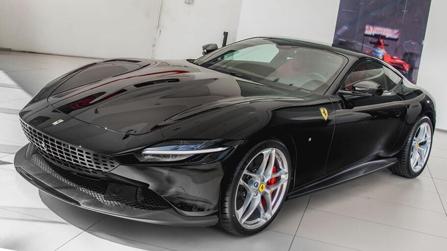 Ferrari Roma se queda atorado en las calles de Italia